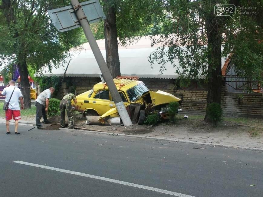 ДТП в Каменском: пьяный водитель врезался в электроопору , фото-1