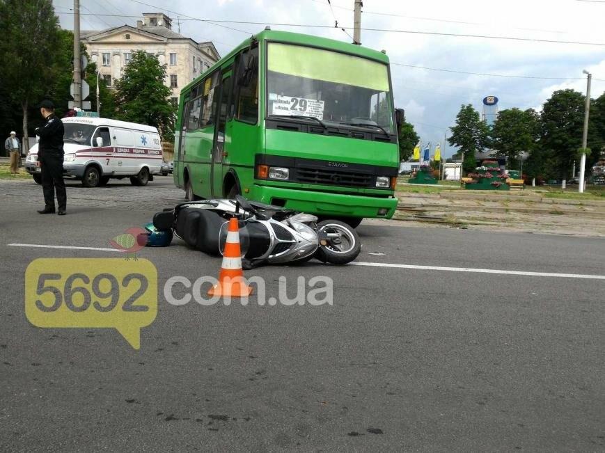 В ДТП на проспекте Свободы в Каменском пострадал водитель скутера, фото-2