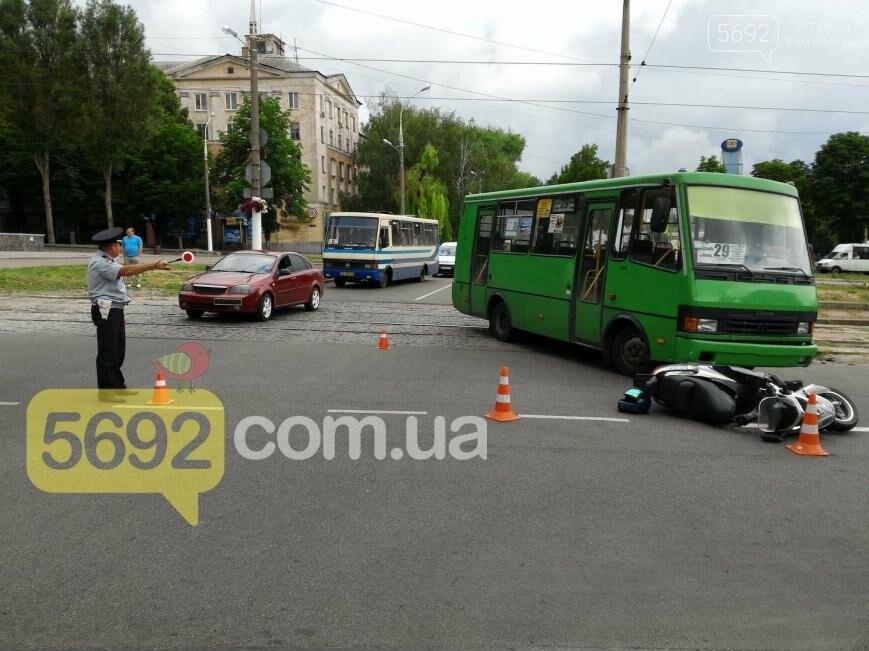 В ДТП на проспекте Свободы в Каменском пострадал водитель скутера, фото-1