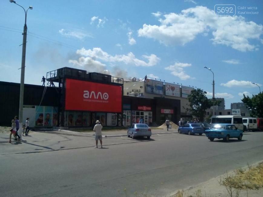 На левобережье Каменского горит торговый центр, фото-3