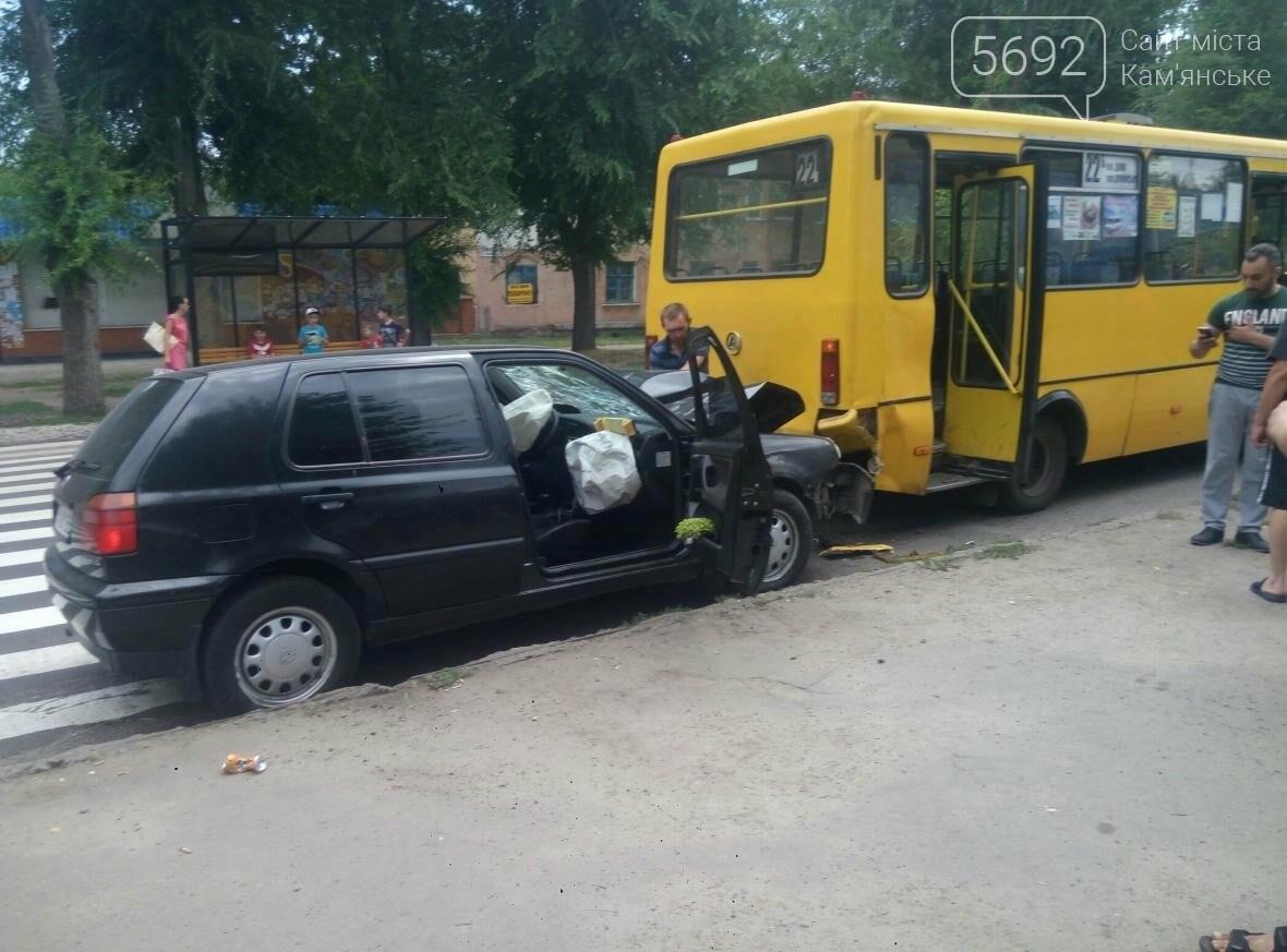 ДТП в Каменском: легковушка врезалась в автобус, фото-1