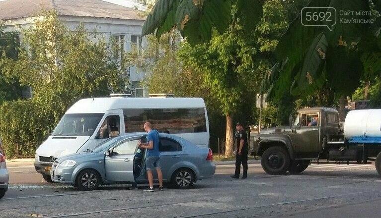 В Каменском на перекрестке столкнулись Chevrolet и Mercedes Sprinter, фото-2