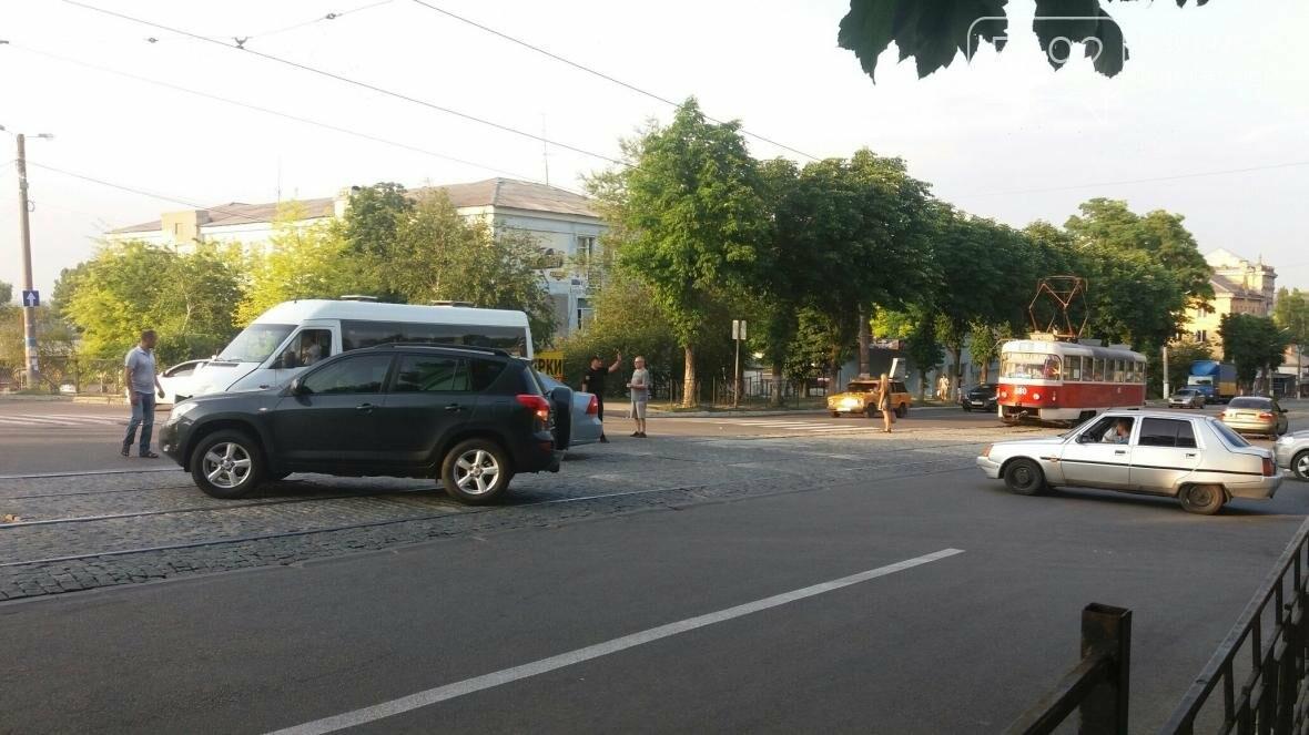 В Каменском на перекрестке столкнулись Chevrolet и Mercedes Sprinter, фото-1