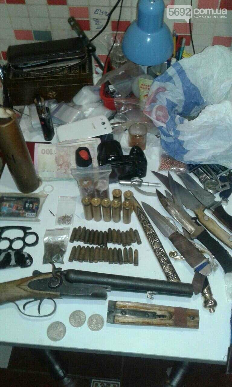 В Каменском у наркомана изъяли арсенал оружия и наркотиков, фото-1