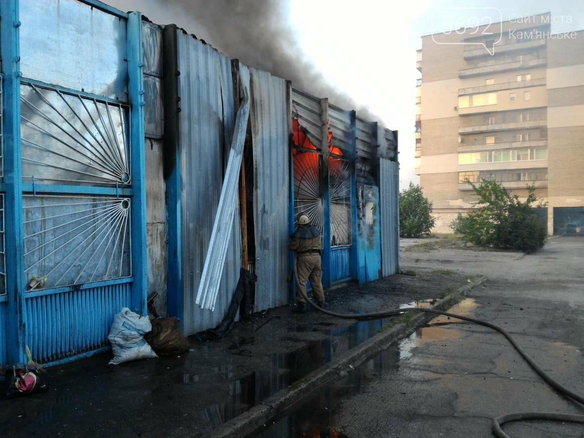 В Каменском на бульваре Освободителей вспыхнул пожар, фото-6