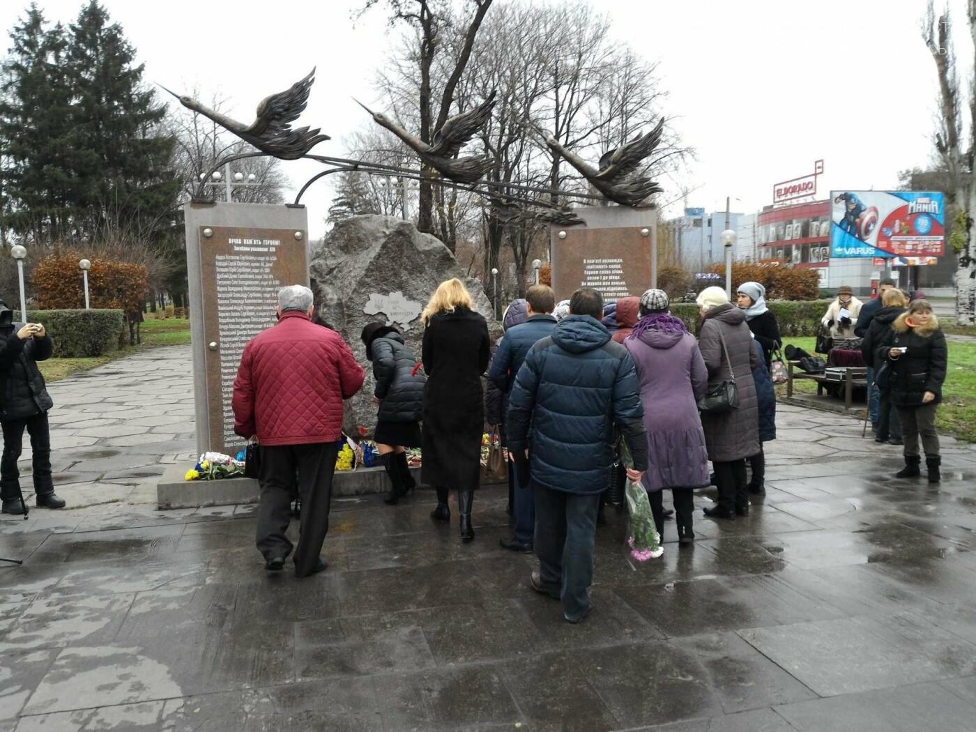 В Каменском возложили цветы к мемориалу бойцам АТО на майдане Героев, фото-11