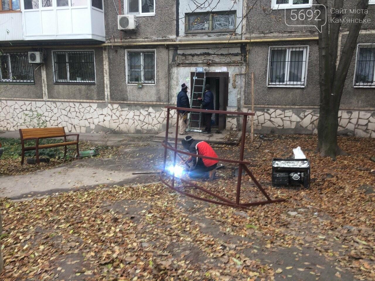 На ул. 8 Марта в Каменском установили новый подъездный козырек, фото-1