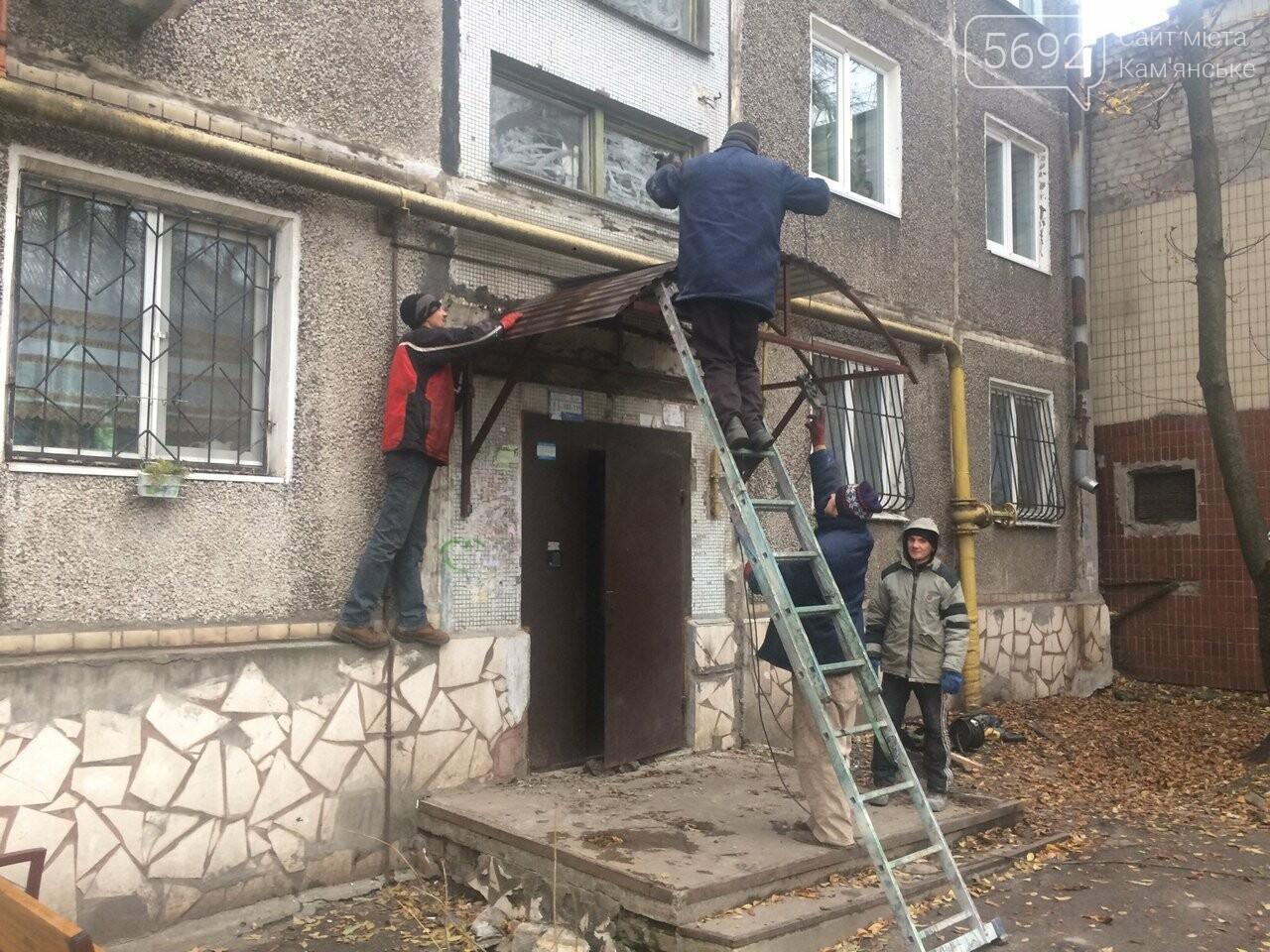 На ул. 8 Марта в Каменском установили новый подъездный козырек, фото-2