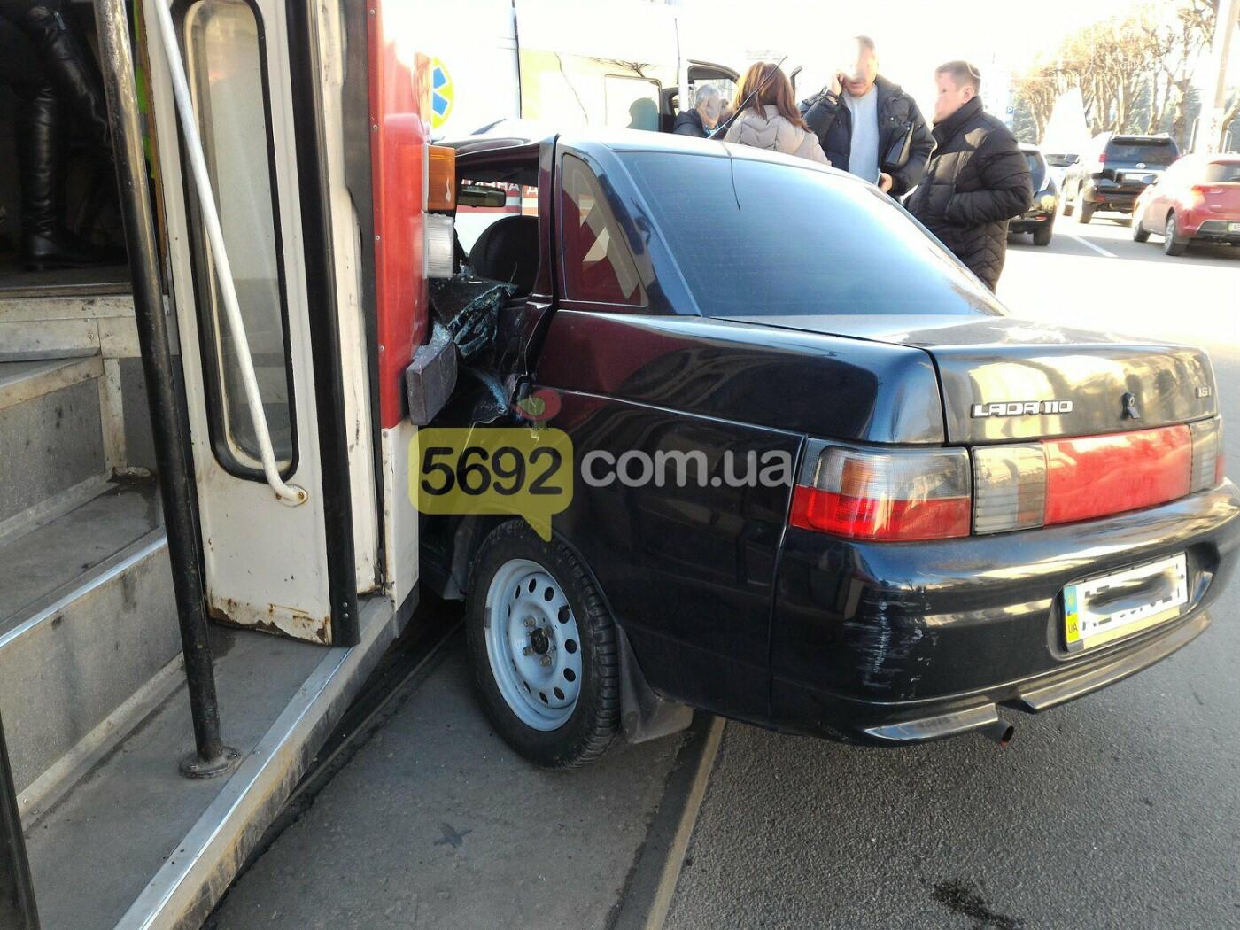В центре Каменского столкнулись трамвай с «легковушкой» , фото-1