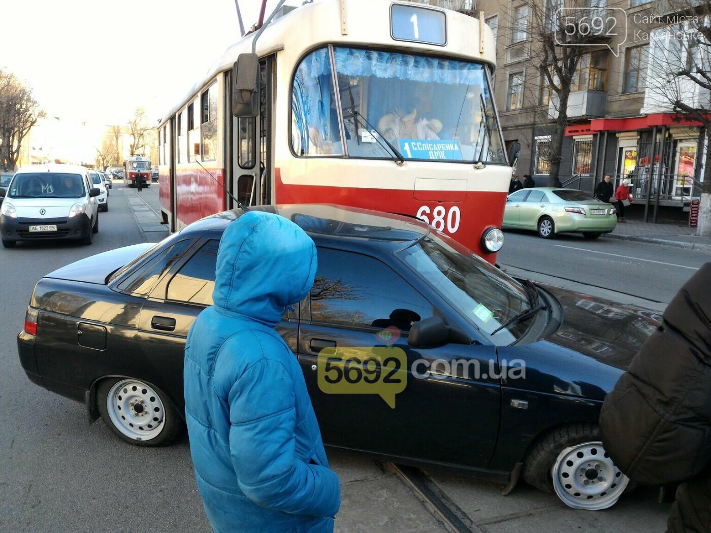 В центре Каменского столкнулись трамвай с «легковушкой» , фото-2