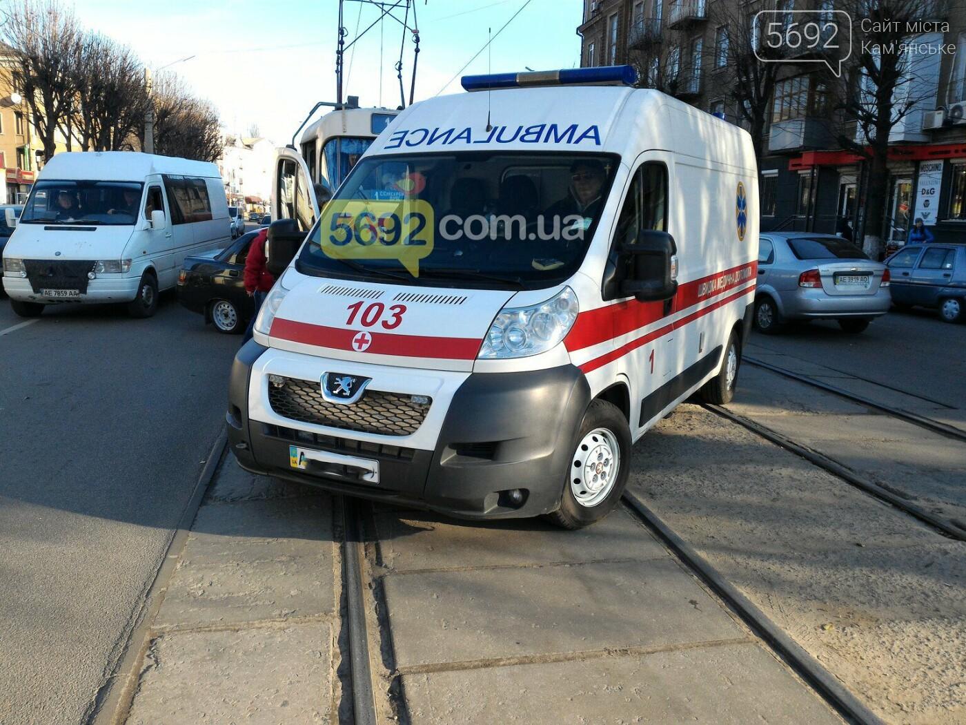 В центре Каменского столкнулись трамвай с «легковушкой» , фото-3