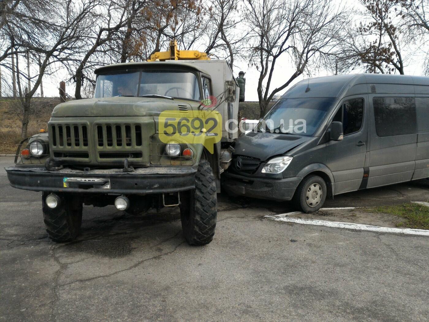 """ДТП в Каменском: Mercedes врезался в """"ЗИЛ"""", фото-1"""