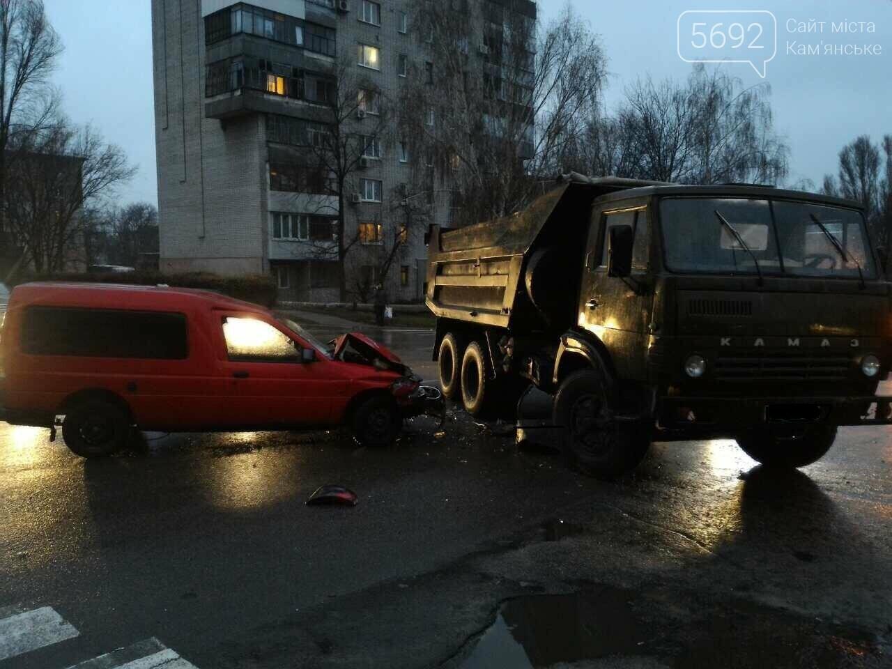 На ул. Звенигородской в Каменском столкнулись автомобили КамАЗ и Форд, фото-1