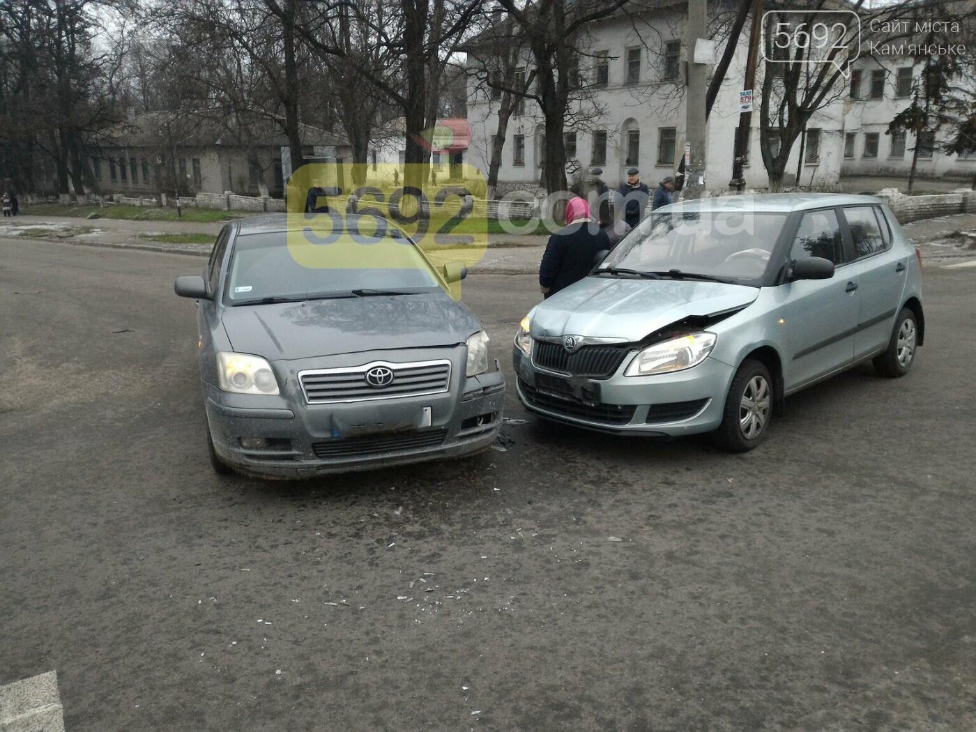 В Каменском на перекрестке столкнулись Toyota и Skoda, фото-1
