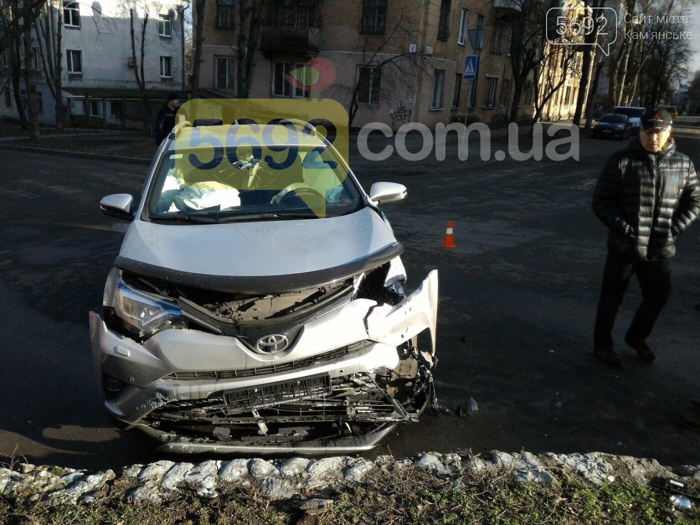 """В Каменском на перекрестке столкнулись Toyota и """"девятка"""", фото-2"""