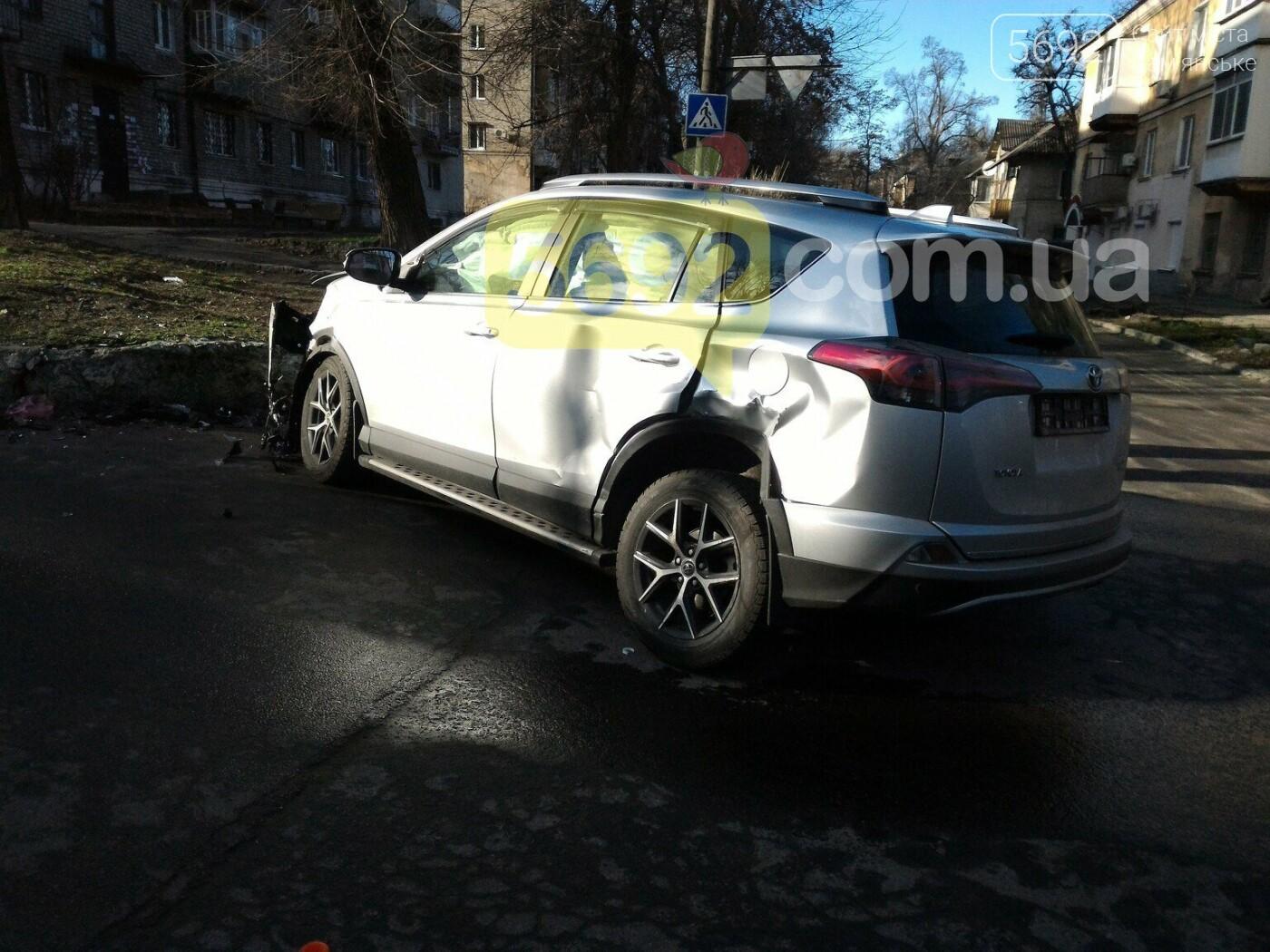 """В Каменском на перекрестке столкнулись Toyota и """"девятка"""", фото-1"""