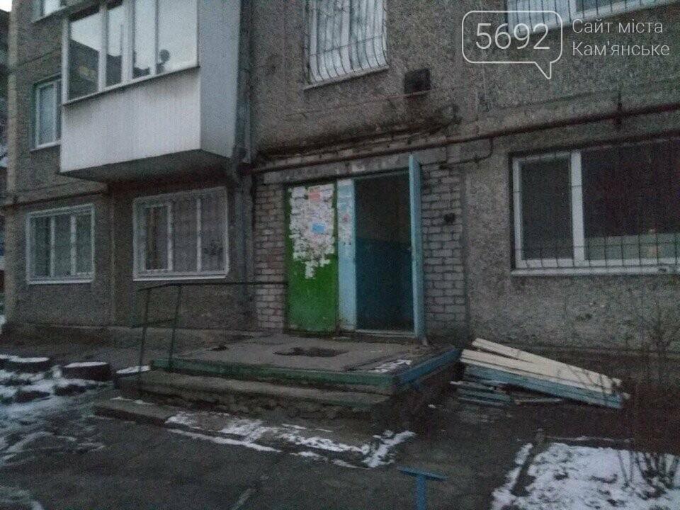 В Каменском продолжают демонтировать козырьки, фото-3