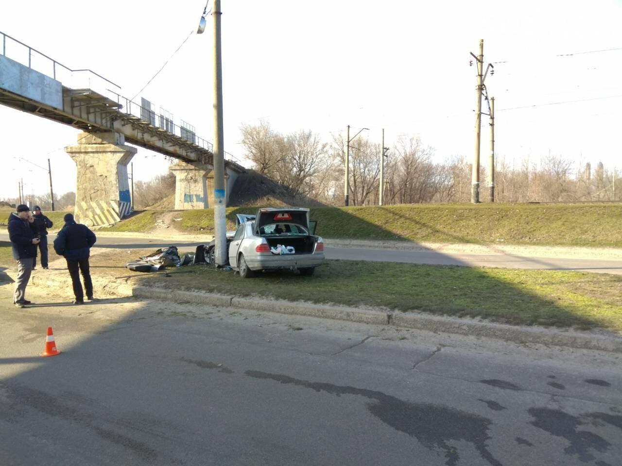 В Каменском автомобиль из Польши врезался в столб, фото-1