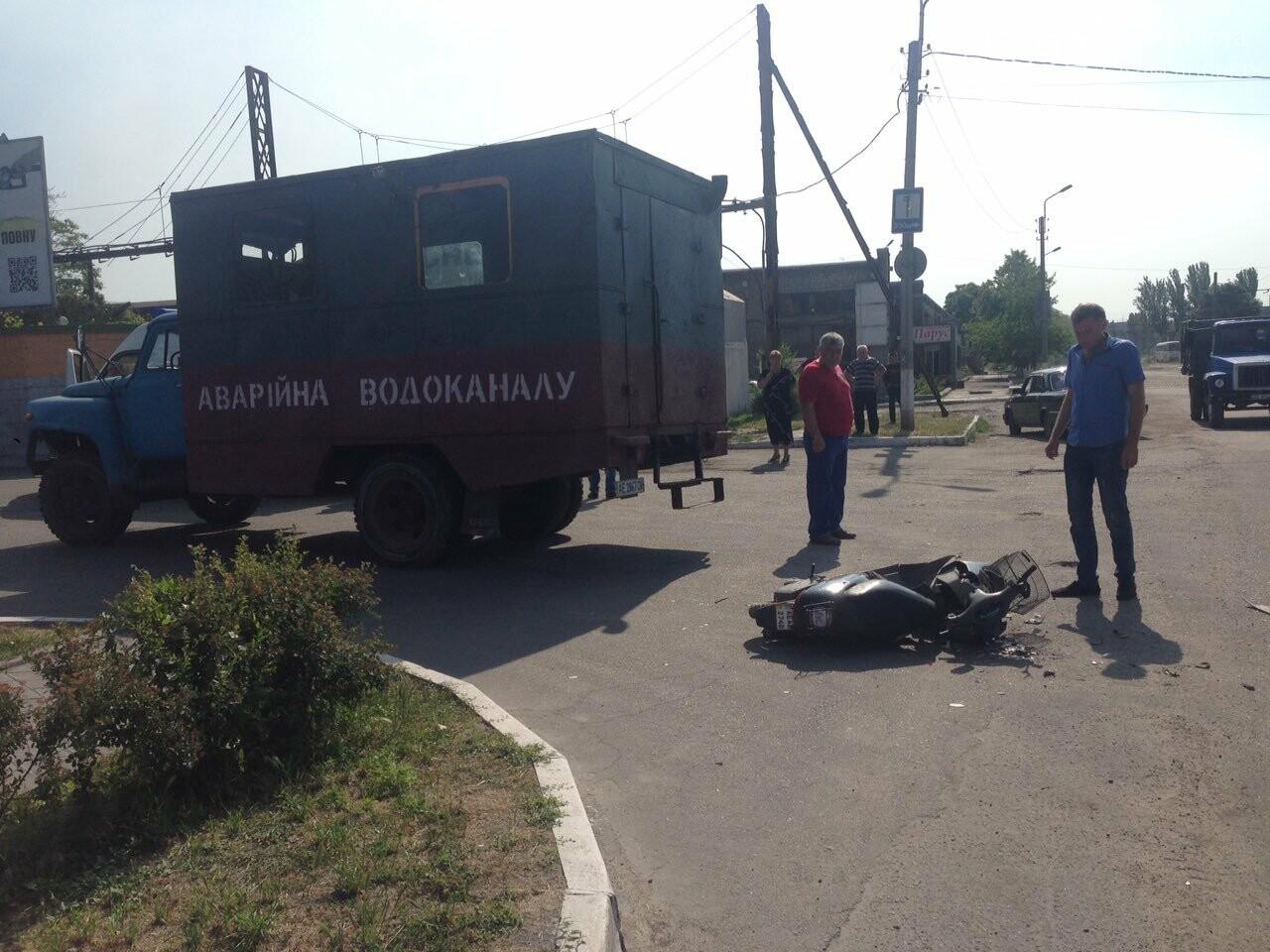 В Каменском водитель «Горводоканала» на ГАЗе сбил мопедиста, фото-2