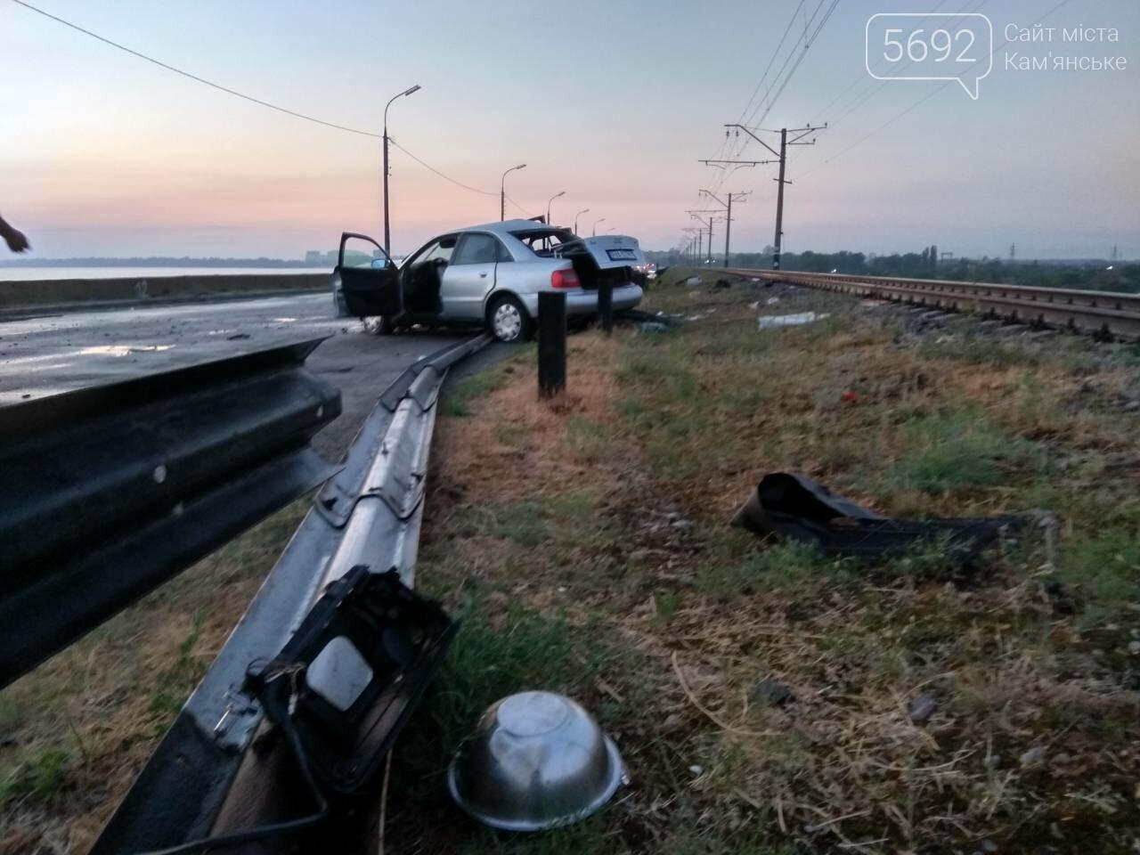 Врезались в отбойник: в Каменском в масштабном ДТП пострадали ребенок и двое взрослых, фото-3