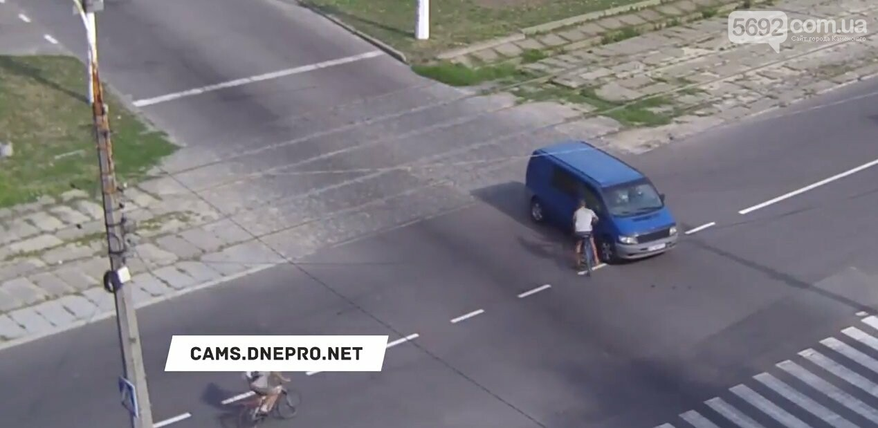 В Каменском на Аношкина велосипедист врезался головой в стекло Mercedes (видео), фото-2