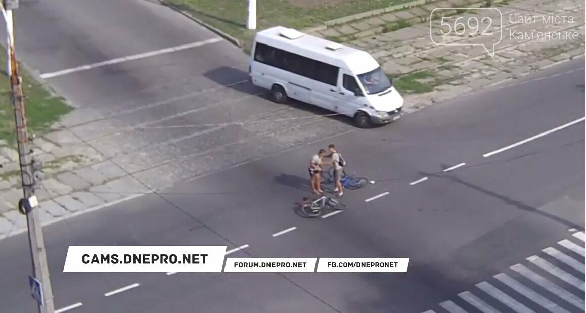 В Каменском на Аношкина велосипедист врезался головой в стекло Mercedes (видео), фото-1