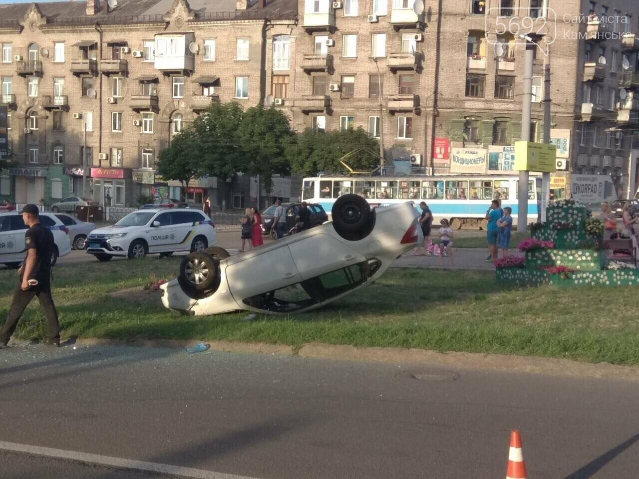 """ДТП на """"Дружбе"""" в Каменском: """"Митсубиси"""" на еврономерах не пропустил """"Рено"""", трое пострадавших, фото-2"""