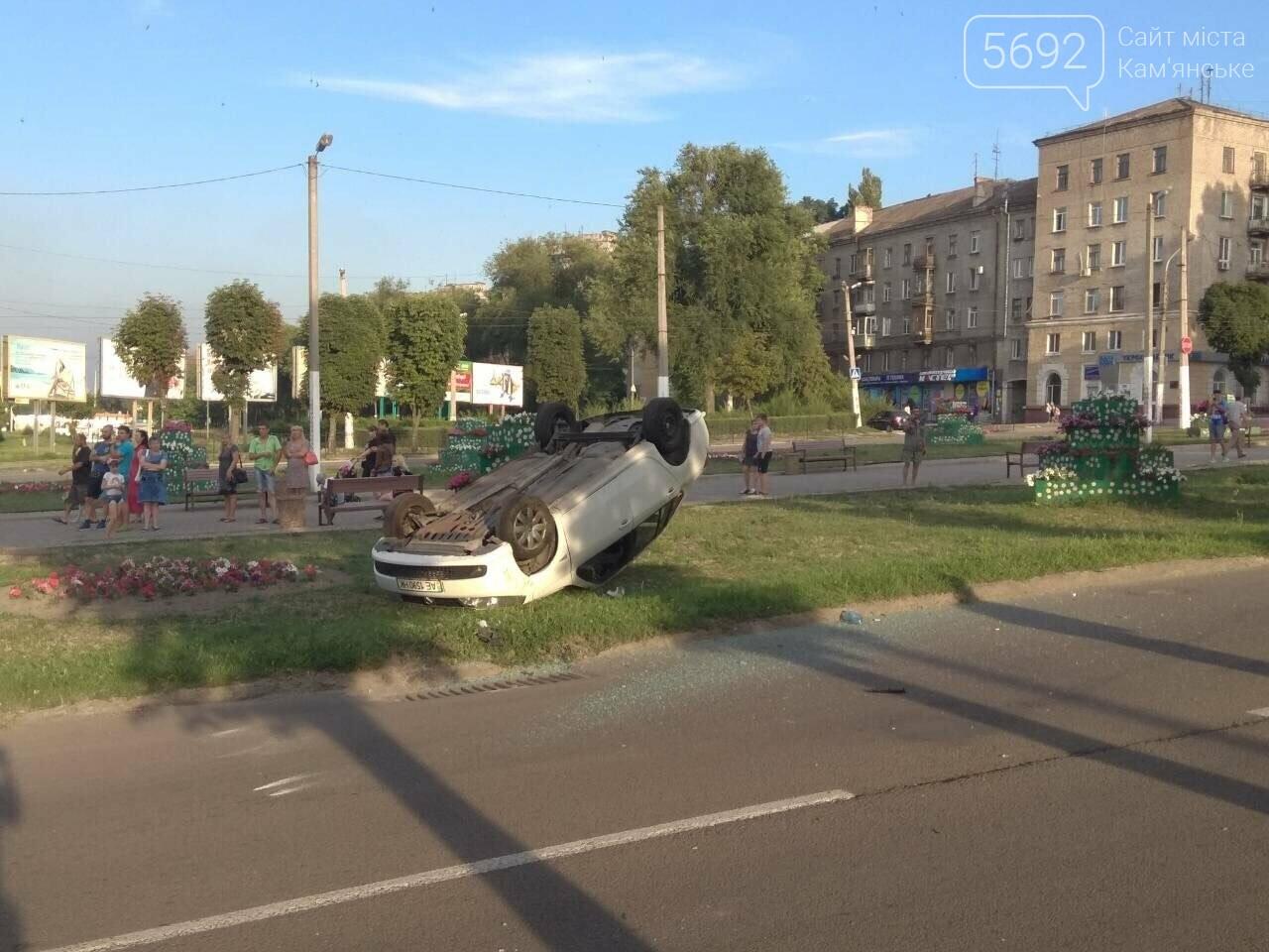 """ДТП на """"Дружбе"""" в Каменском: """"Митсубиси"""" на еврономерах не пропустил """"Рено"""", трое пострадавших, фото-4"""