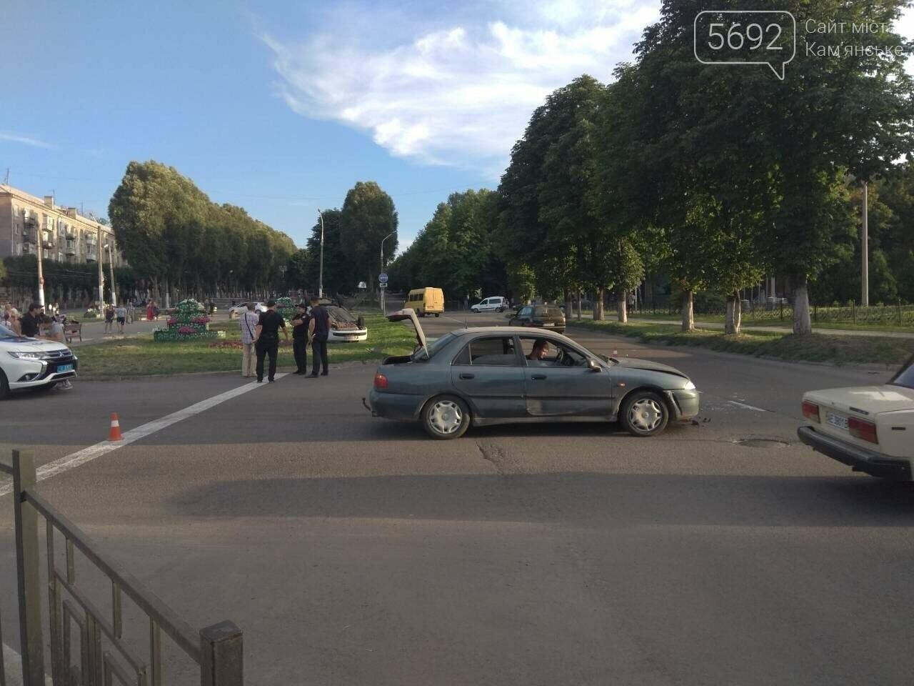 """ДТП на """"Дружбе"""" в Каменском: """"Митсубиси"""" на еврономерах не пропустил """"Рено"""", трое пострадавших, фото-1"""