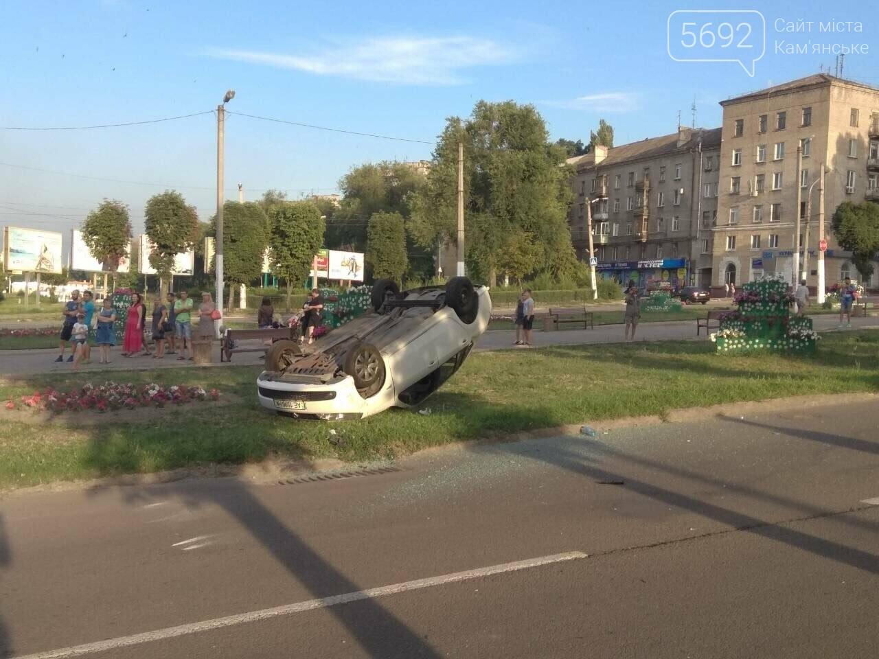 """ДТП на """"Дружбе"""" в Каменском: """"Митсубиси"""" на еврономерах не пропустил """"Рено"""", трое пострадавших, фото-8"""
