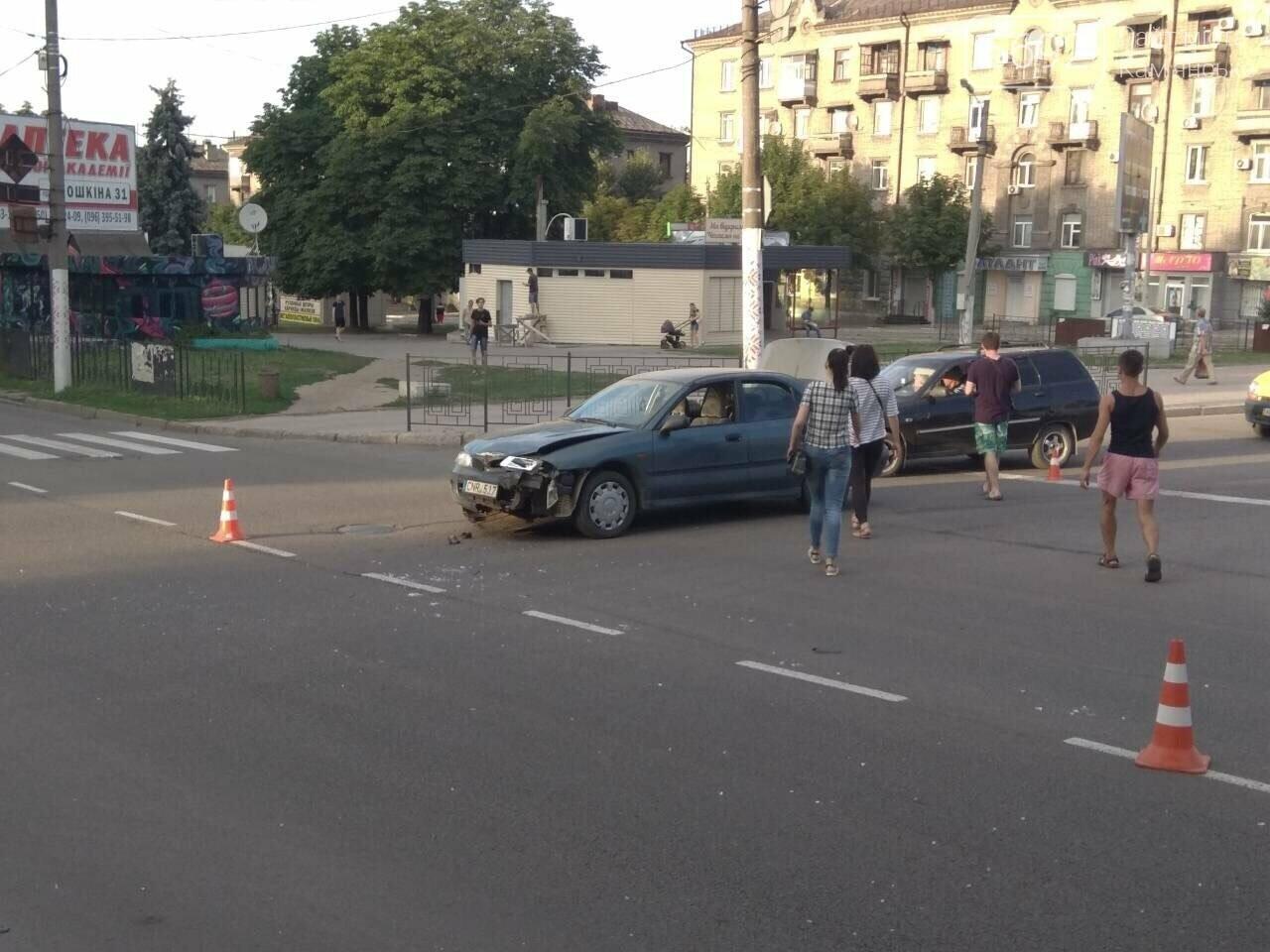 """ДТП на """"Дружбе"""" в Каменском: """"Митсубиси"""" на еврономерах не пропустил """"Рено"""", трое пострадавших, фото-7"""