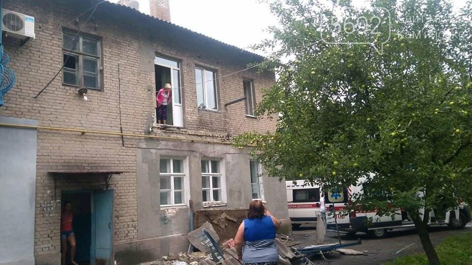 В Каменском упал балкон: есть пострадавшие, фото-1
