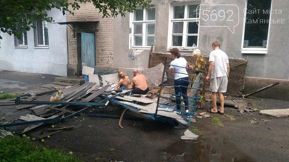 В Каменском упал балкон: есть пострадавшие, фото-2