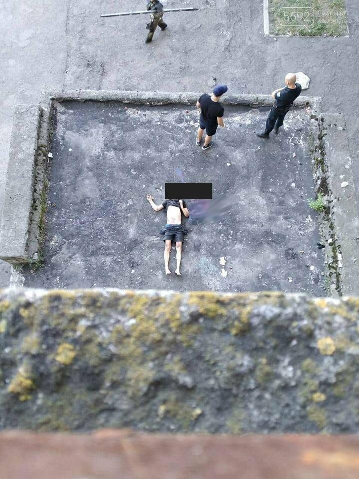 Самоубийство в Каменском: мужчина прыгнул с крыши многоквартирного дома (ФОТО 18+), фото-1