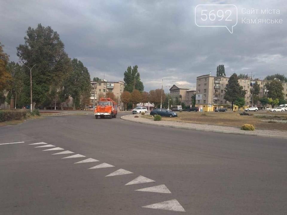 ДТП в Каменском: Chevrolet вылетел в клумбу, фото-1