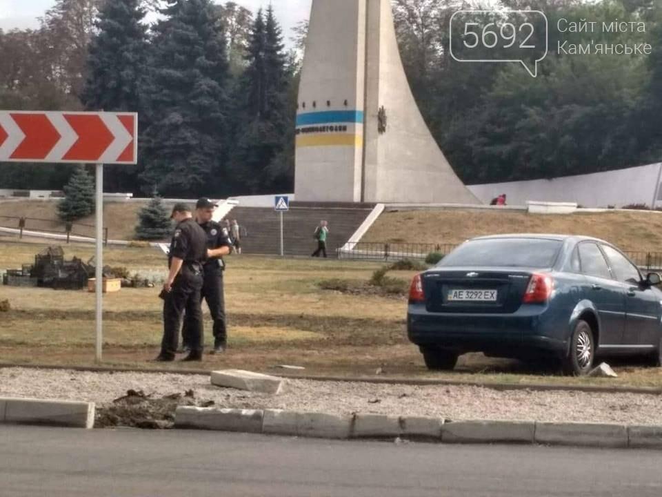 ДТП в Каменском: Chevrolet вылетел в клумбу, фото-2