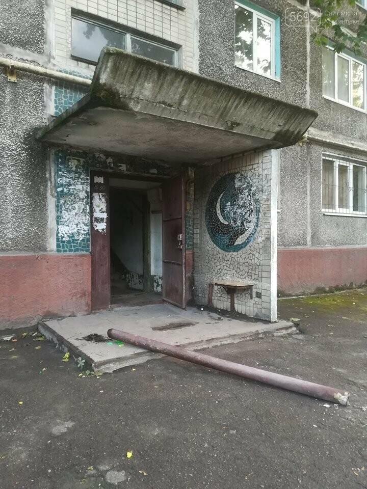 В Каменском на одном из подъездов упала опора козырька, фото-2