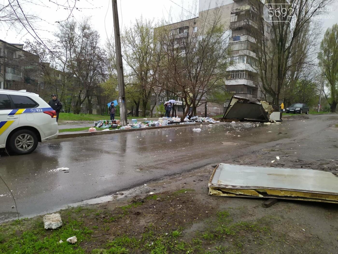 ДТП в Каменском: у автомобиля, груженного напитками, на ходу развалился кузов , фото-2