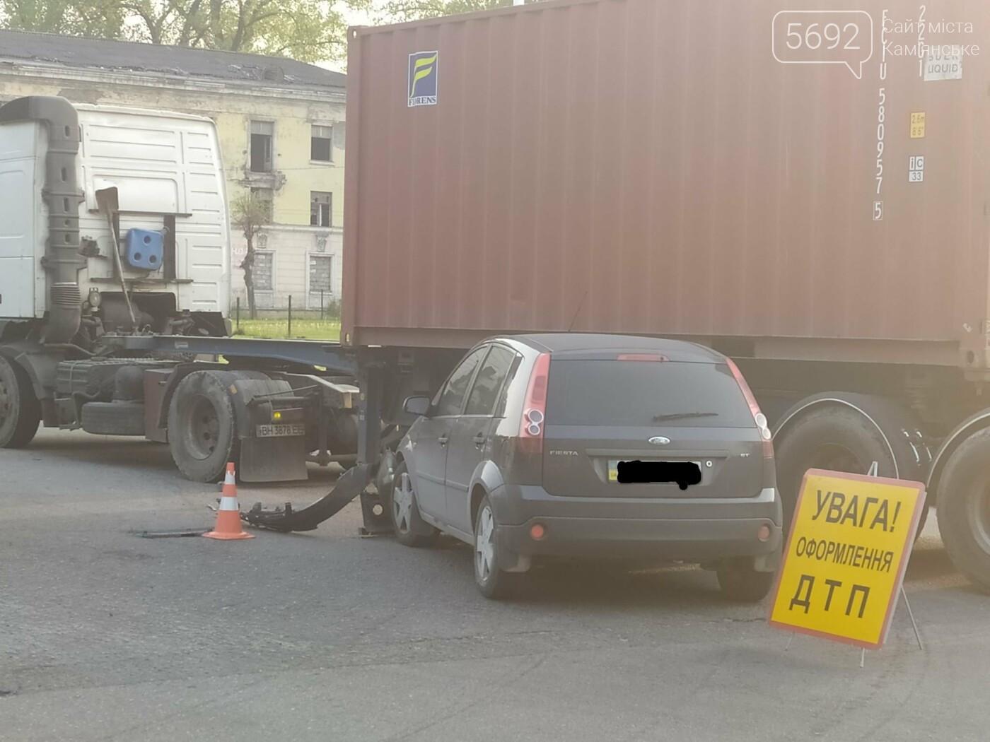 В Каменском на Аношкина водитель грузовика спровоцировал ДТП, фото-1