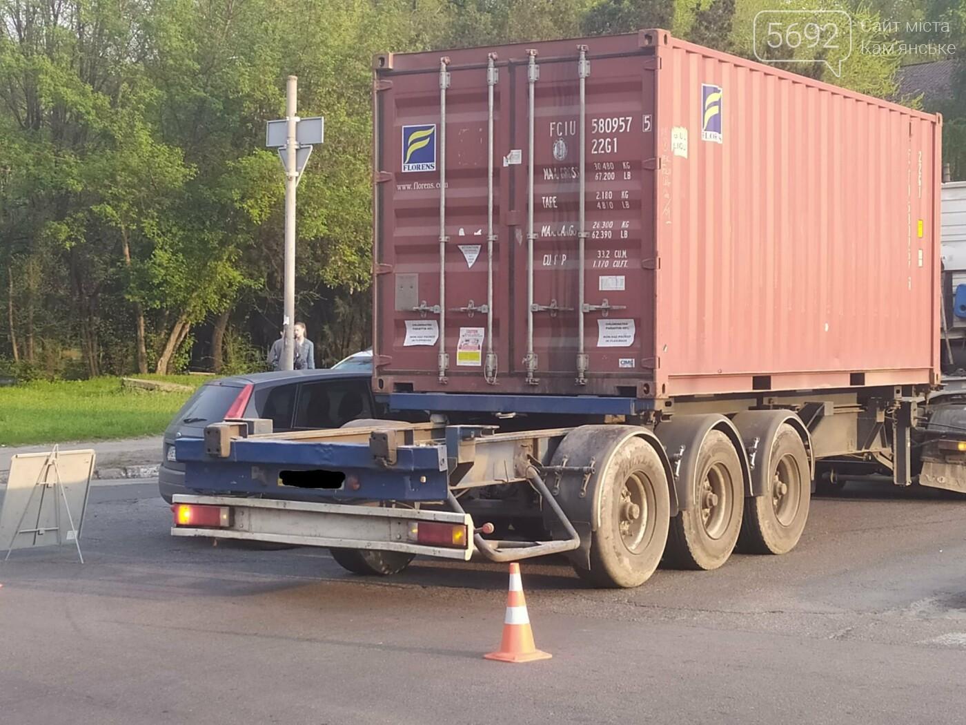 В Каменском на Аношкина водитель грузовика спровоцировал ДТП, фото-2