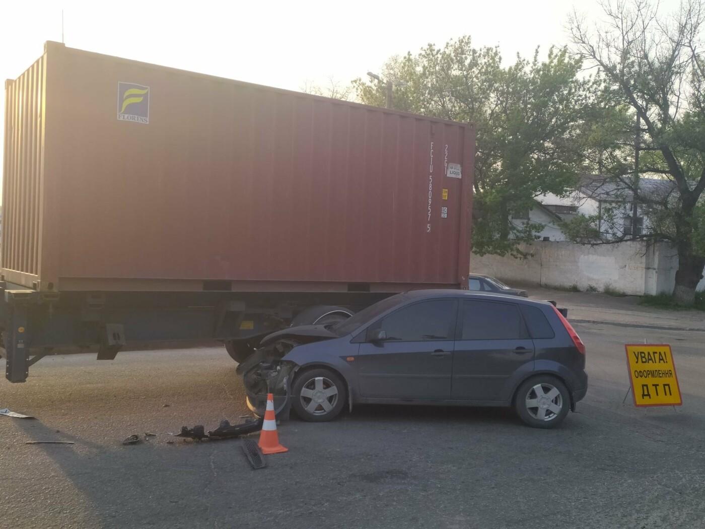 В Каменском на Аношкина водитель грузовика спровоцировал ДТП, фото-3