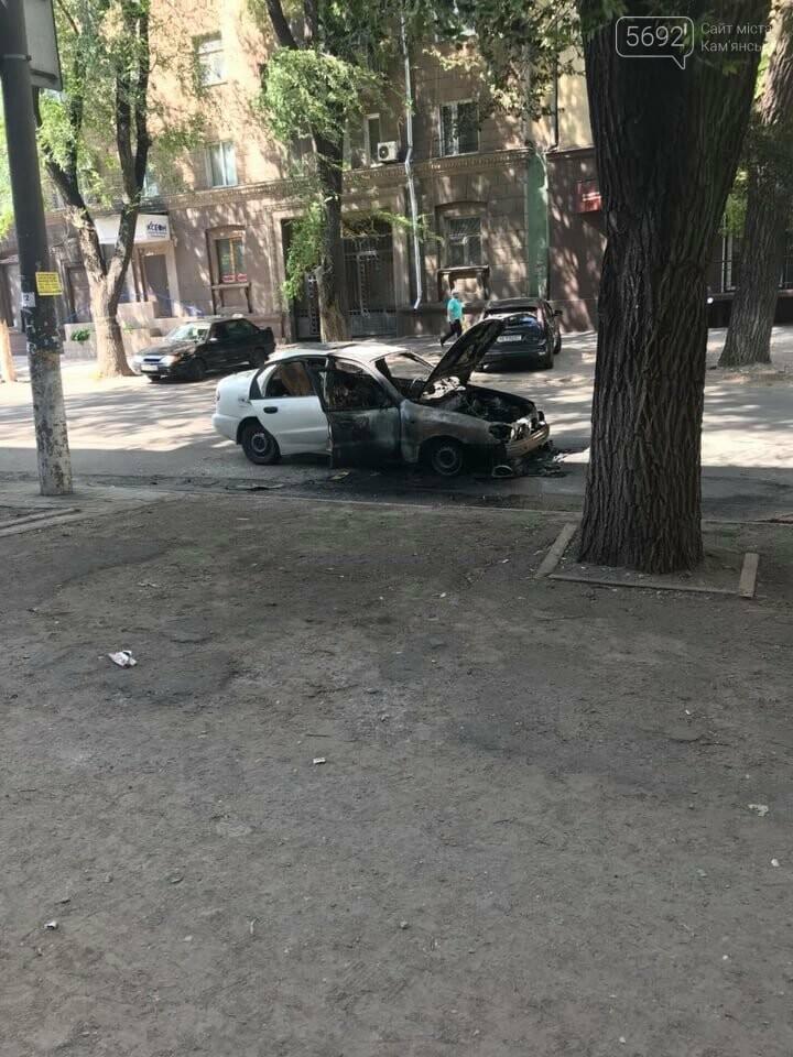 В центре Каменского на проезжей части сгорел автомобиль, фото-1