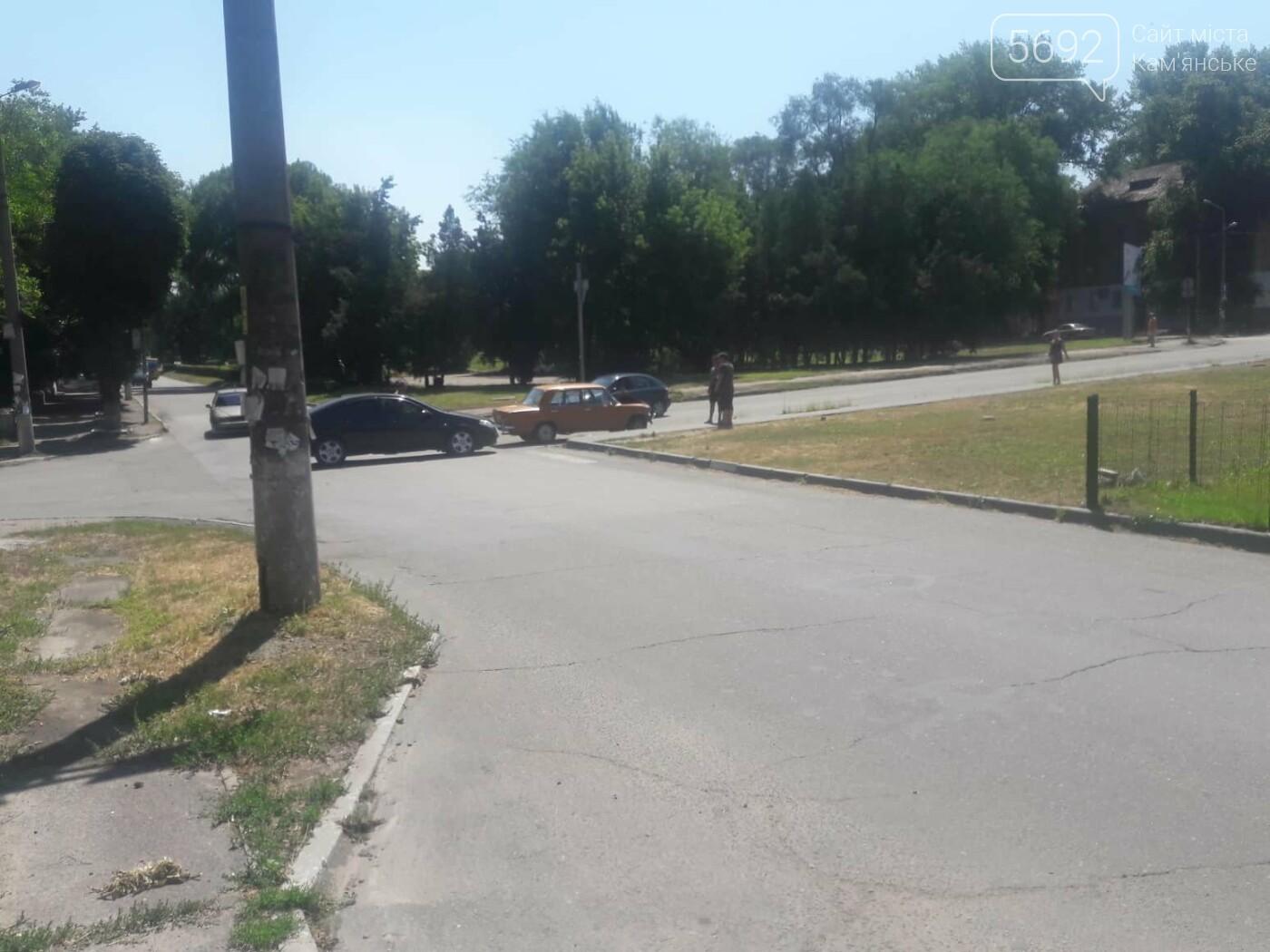 Не уступил дорогу: в Каменском на Аношкина случилось ДТП , фото-2