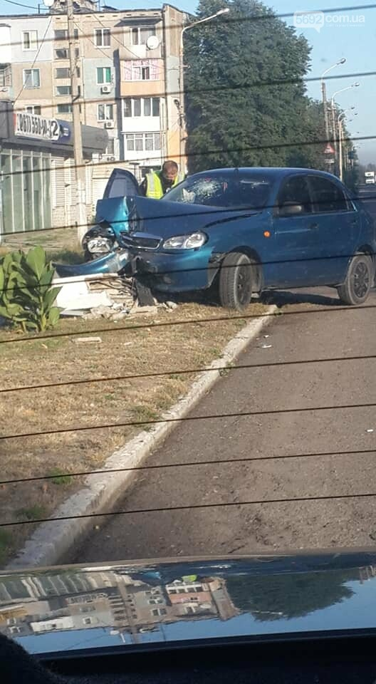 В Каменском на поселке Строителей автомобиль врезался в столб, фото-1