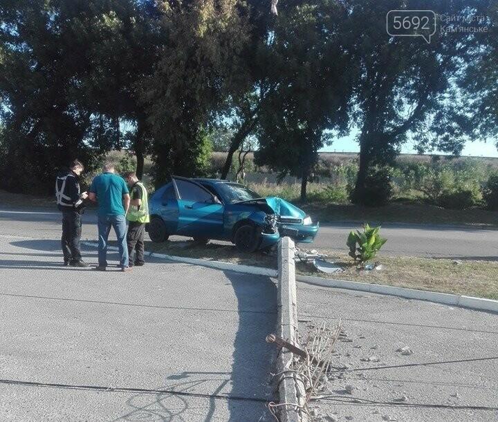 В Каменском на поселке Строителей автомобиль врезался в столб, фото-2