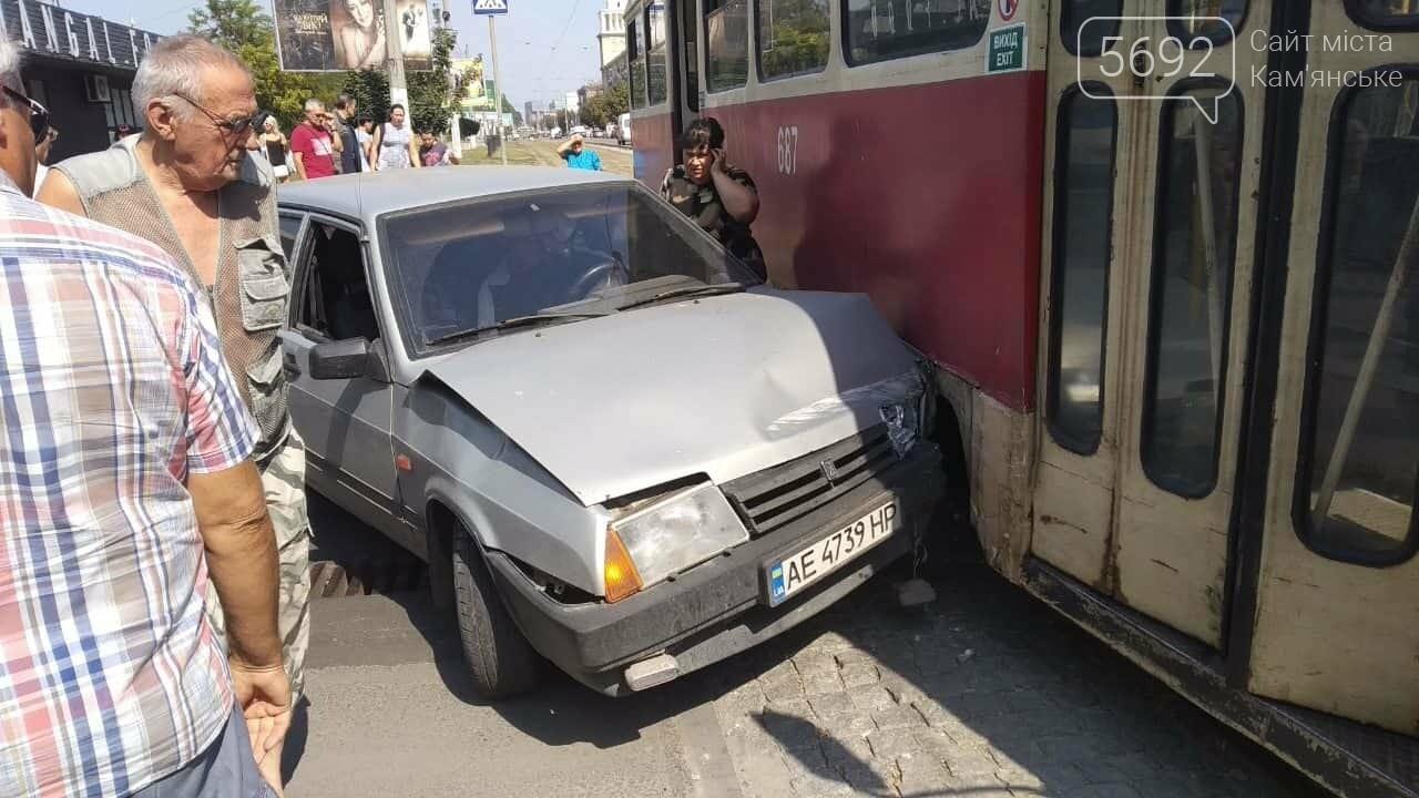 В центре Каменского «ВАЗ» врезался в трамвай, фото-1