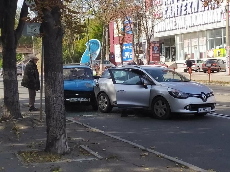 В Каменском на пересечении Аношкина и Шевченко произошло два ДТП: движение сильно затруднено, фото-1