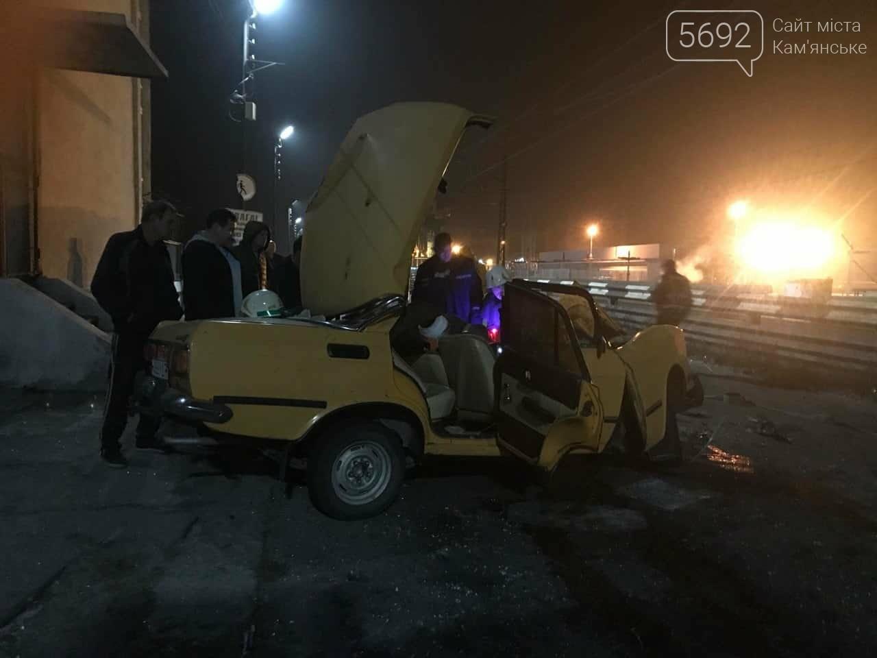 В Каменском на плотине произошло жесткое ДТП: пострадавшего из автомобиля вырезали спасатели, фото-1