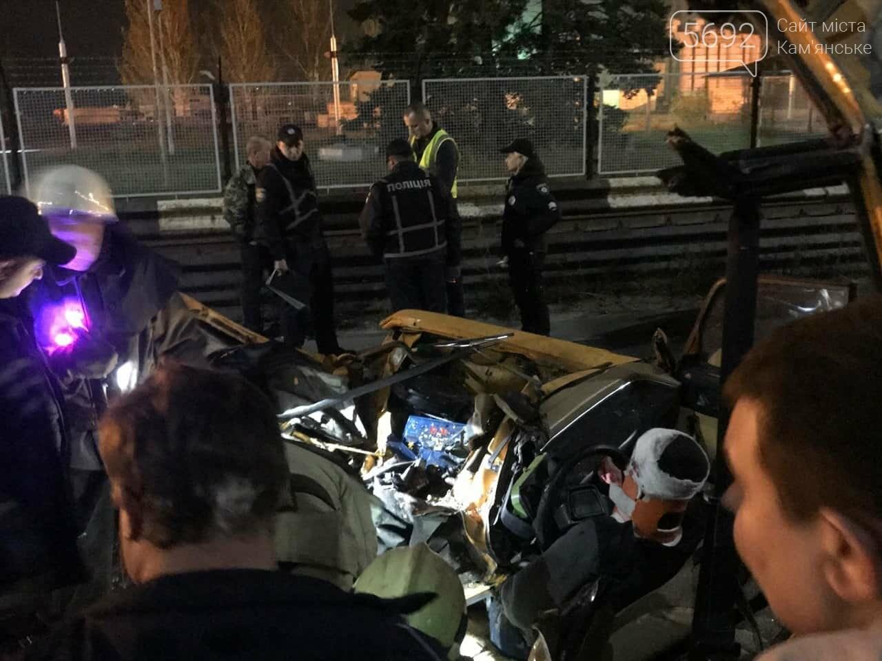 В Каменском на плотине произошло жесткое ДТП: пострадавшего из автомобиля вырезали спасатели, фото-3