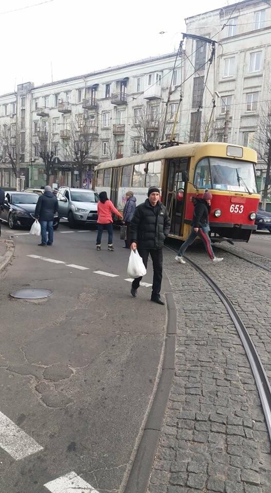 В центре Каменского Mitsubishi Outlander врезался в трамвай, фото-4